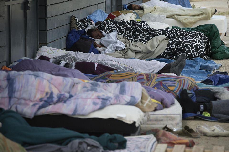 Réfugiés, migrants, sans-abri : refuser la concurrence entre les précaires